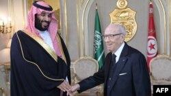 Le président tunisien Beji Caid Essebsi (à droite) reçoit le prince héritier saoudien Mohammed ben Salmane au palais présidentiel de Carthage, à Tunis, le 27 novembre 2018.