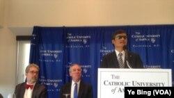 陳光誠在華盛頓全國記者俱樂部召開新聞發佈會宣佈今後工作去向(美國之音葉兵拍攝)