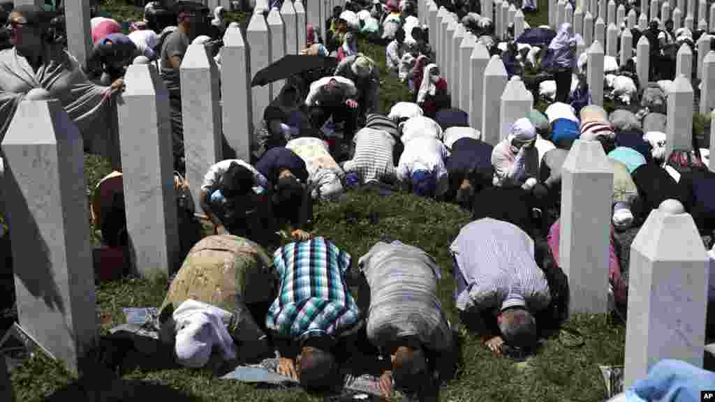 People pray during a funeral service at the Potocari memorial complex near Srebrenica, 150 kilometers northeast of Sarajevo, Bosnia and Herzegovina, July 11, 2015.
