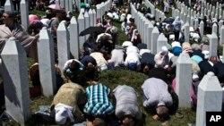 Une prière en mémoire des victimes de l'holocauste à Potocari près de Srebrenica, au nord-est de Sarajevo, Bosnie-Herzegovine, 11 juillet 2015. (AP Photo/Marko Drobnjakovic)