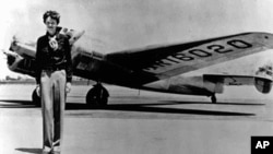 Амелия Эрхарт на фоне двухмоторного самолета «Локхид Электра». Бесследно пропала над Тихим Океаном