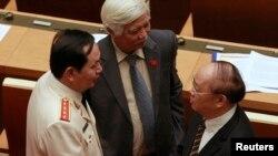 Đại biểu quốc hội Dương Trung Quốc (giữa) đang trao đổi với các đại biểu khác trong bức cảnh chụp năm 2016.