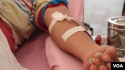 Don de sang (Nov Povleakhena/VOA Khmer)