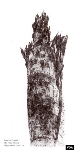 Tượng đài Bông Lúa Con Gái 1970 bằng đồng lá, một tác phẩm nghệ thuật lớn của điêu khắc gia Mai Chửng; [tài liệu Hội Họa Sĩ Trẻ 1966-1975]; Dưới: Mai Chửng đang dựng tượng đài Bông Lúa ở Long Xuyên. [tư liệu Huỳnh Hữu Uỷ]