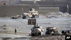 北約五名波蘭軍人在阿富汗東部遇到路邊炸彈襲擊喪生﹐軍方車輛受到嚴重毀壞。