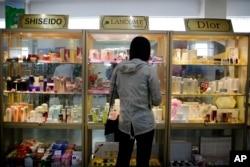 Seorang wanita melihat pajangan kosmetik dan parfum impor di lantai dua department store kelas atas Potonggang di Pyongyang, Korea Utara. (Foto: AP)