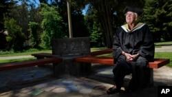 Hazel Soares, de 94 años, había sido hasta la fecha la mujer más anciana en graduarse de una institución educativa en EE.UU., en 2010.
