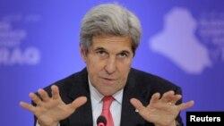 20일 미국 워싱턴에서 열린 이라크 지원 서약 컨퍼런스에서 발언하고 있는 존 케리 미 국무장관. 이날 행사는 미국과 캐나다, 독일, 일본, 쿠웨이트, 네덜란드가 공동주최했다.