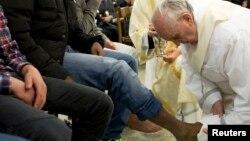 Đức Giáo Hoàng Phanxicô rửa chân của một tù nhân tại trung tâm giam giữ thiếu niên Casal del Marmo tại Rome, ngày 28/3/2013.