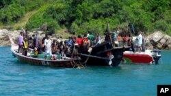 Kapal yang mengangkut sekitar 73 pengungsi Rohingnya ini ditahan oleh pihak berwenang saat berada di perairan Phuket, Thailand, 1 Januari 2013. (AP Photo). Thailand telah mengijinkan PBB untuk menemui sekitar 850 tahanan, yang sebagian besar diduga merupakan pengungsi Rohingnya (16/1).
