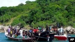 ထိုင္းေတာင္ပိုင္း ဖူးခက္ၿမိဳ႕တြင္ ထိုင္းအာဏာပိုင္ေတြရဲ့ ထိန္းသိမ္းျခင္းခံရတဲ့ ႐ိုဟင္ဂ်ာေလွစီးေျပးဒုကၡသည္မ်ား (ဇန္နဝါရီ ၁၊ ၂၀၁၃)