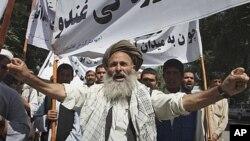 پیاوێکی به تهمهنی ئهفغانی دروشمی دژه پاکستان دهلێت له میانهی خۆپیشاندانهکانی کابول 2ی حهوتی 2011