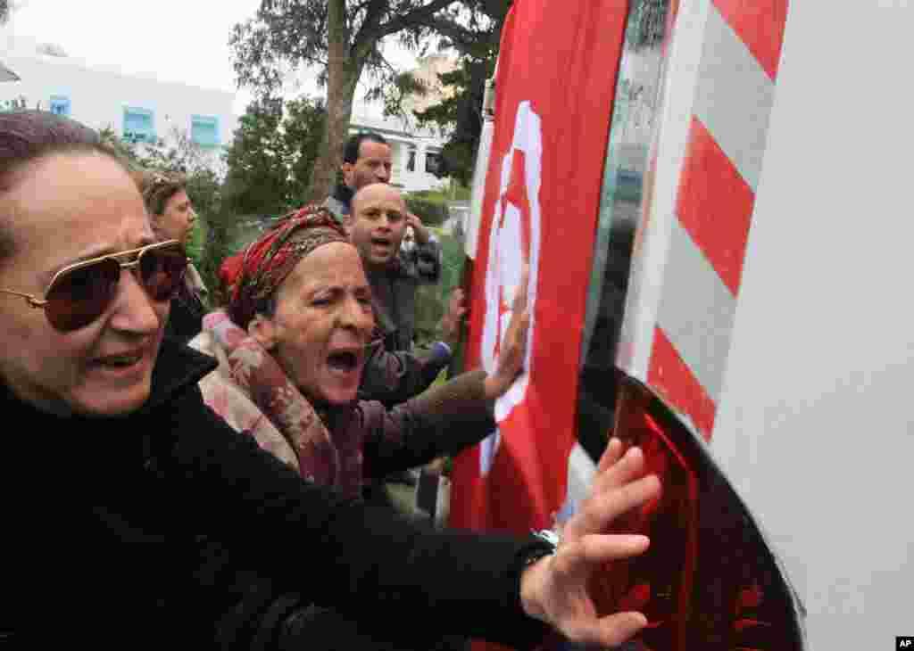 7일 튀니지 야권 지도자 초크리 벨라이드의 시신을 옮기는 운구차량을 따르는 지지자들.