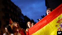 Para pendukung anti-kemerdekaan Catalonia, melambaikan bendera Spanyol sambil meneriakkan slogan-slogan dalam sebuah aksi demo di Barcelona, 4 Oktober 2017.