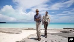 바락 오바마(왼쪽) 미국 대통령이 1일 하와이 호놀룰루에서 소형 전용기로 인근 미드웨이 환초에 도착해 현장을 둘러보고 있다. 제2차 세계대전 격전지이기도 한 미드웨이 환초는 주민이 50명에 못 미치고 방문객도 극히 적어 생태계가 잘 보존된 곳이다.