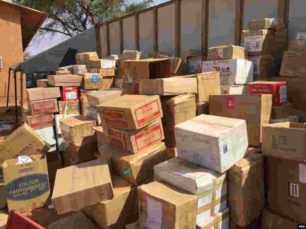 Le matériel électoral est prêt à être livré. Il est stocké dans les hangars de l'Office des produits vivriers du Niger dans Niamey, 17 février 2016 (VOA/Nicolas Pinault)
