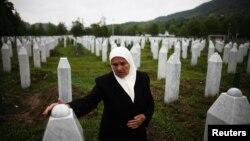 Grobovi žrtava masakra u Potočarima, blizu Srebrenice