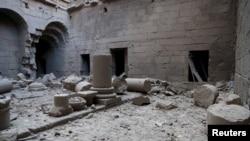 Sebuah bangunan kuno rusak akibat serangan udara pasukan Suriah di Bosra al-Sham, Deraa, Rabu (23/12).