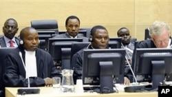 Mstari wa mwisho ni waziri wa zamani wa elimu wa Kenya William Ruto , kushoto waziri wa zamani wa viwanda Henry Kosgey na mtangazaji Joshua Sang, kulia, wakiskiliza mashtaka dhidi yao huko The Hague Uholanzi, Aprili 7, 2011
