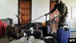 Petugas perlindungan satwa liar Kenya, menggunakan anjing untuk melacak perdagangan gading dan cula badak ilegal di bandara Kenyatta, Nairobi (foto: dok).
