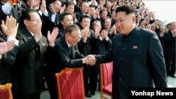 김정은 북한 국방위원회 제1위원장이 '대사회의'에 참석한 북한 외교관들과 함께 기념사진을 찍었다고 지난달 15일 조선중앙TV가 보도했다. (자료사진)