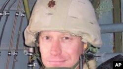 前美国空军少尉迈克.阿尔米支持取消不问不说法