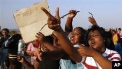 Các phụ nữ biểu tình phản đối cảnh sát gần khu mỏ Lonmin, nơi cảnh sát Nam Phi nổ súng gây thiệt mạng cho các thợ mỏ