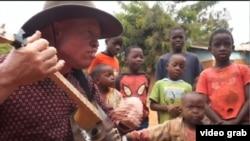 Lazarus Chigwandali, pria albino di Malawi, menyuarakan cara mengatasi diskriminasi dan pemahaman keliru mengenai kondisi genetik melalui musik. (Photo: videograb)