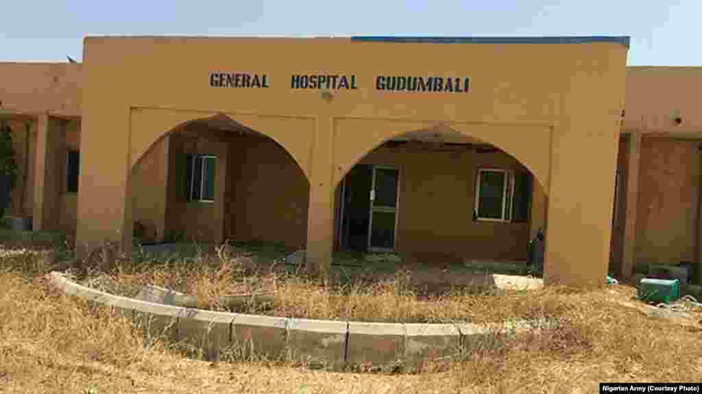 Kofar asibitin garin Gudumbali dake Jihar Borno a bayan an kwato garin. An samu hoton bayan da zaratan sojojin Najeriya suka sake fatattakar 'yan Boko Haram daga garin dake Jihar Borno