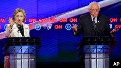Wagombea urais wa Democrat, Hillary Clinton na Bernie Sanders.