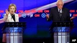 Гілларі Клінтон і Берні Сандерс на дебатах у четвер у Нью-Йорку