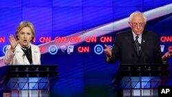 Clinton da Sanders lokacin da suke zazzafar muhawara jiya Alhamis