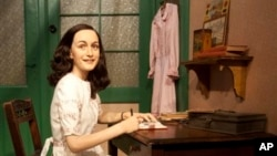 Une statue d'Anne Frank, représentée en train d'écrire son célèbre journal à sa table de travail, est exposée au musée de cire Madame Tussaud de Berlin, le vendredi 9 mars 2012.