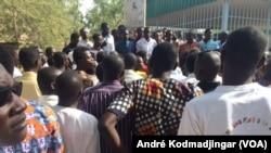 Les étudiants tchadiens sont réunis devant leur faculté pour demander la libération des étudiants emprisonnés, à N'djamena, au Tchad, le 1 mars 2017. (VOA/André Kodmadjingar)