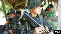 Para anggota pasukan pemberontak Muslim Moro (MILF) di Filipina selatan.