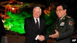 Mantan wakil Ketua Komisi Militer Pusat, Jenderal Xu Caihou (kanan) saat menerima Menhan AS Robert Gates (foto: dok).
