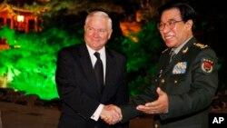 Jenderal Xu Caihou mantan wakil panglima militer China (kanan) saat bertemu Menhan AS Robert Gates di Beijing (foto: dok).