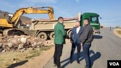 Ministar za zajednice i povratak u Vladi Kosova Dalibor Jevtić na mestu srušene kuće porodice Menković