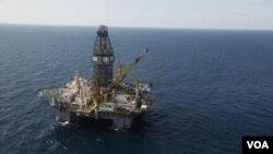Bencana minyak di Teluk Meksiko tahun lalu diperkirakan merugikan BP 42 miliar dolar untuk membayar klaim ganti rugi dan denda pemerintah AS.