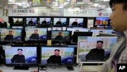 El omnipresente lider norcoreano Kim Jon Un es visto en las pantallas de televisión en Corea del Sur.