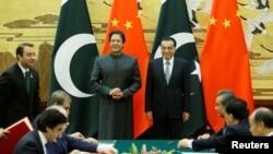 中國總理李克強與巴基斯坦總理伊姆蘭·汗在北京人大會堂參加一個簽字儀式。 (2018年11月3日)