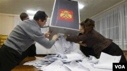Panitia pemilu bersiap menghitung kartu suara di kota Roslavl, sebelah barat Moskow (4/12). Partai pimpinan Putin sementara memimpin, meski mengalami penurunan perolehan suara.
