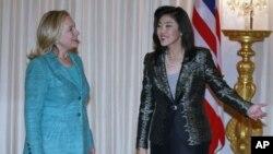 美國國務卿希拉里.克林頓(左)和泰國總理英祿(右)星期三在曼谷會面﹐克林頓承諾美國將向泰國水災提供援助。