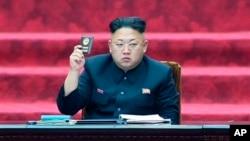 지난 4월 북한에서 열린 제13기 1차 최고인민회의에서 김정은 제1국방위원장이 당원증을 들고 있다.