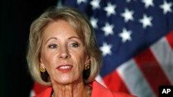 2017年9月7日,美國教育部長德沃斯於喬治梅森大學阿靈頓校區談論校園性侵。