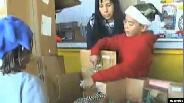 Caine Monroy, bermain 'arcade' dari kardus buatannya bersama pelanggan yang datang ke toko ayahnya di Los Angeles timur (Foto: dok).