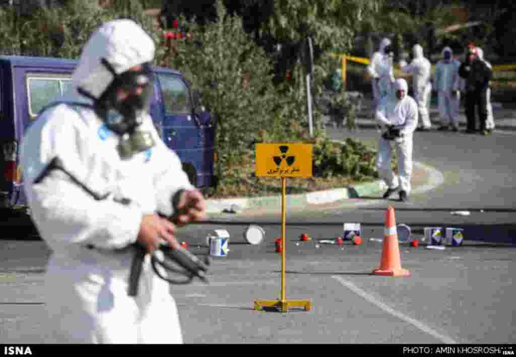 رزمایش پرتوی تهران برگزار شده است. این آزمایش ظاهرا برای مقابله با سوانح مربوط به محموله دارویی است اما روی برخی از عکسهای مربوط به این همایش، عکس مربوط به علامت محموله های هسته ای است. عکس : امین خسروشاهی، ایسنا