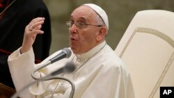 Paus Fransiskus berpidato dalam acara Gerakan Eukaristik Pemuda di Vatikan (7/8). (AP/Gregorio Borgia)