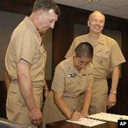 首位美军佛教神职人员签署誓词