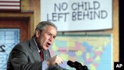 지난 2006년 미국 메릴랜드주 노스글렌초등학교에서 조지 부시 미국 대통령이 낙제학생방지법에 관해 설명하고 있다. (자료사진)